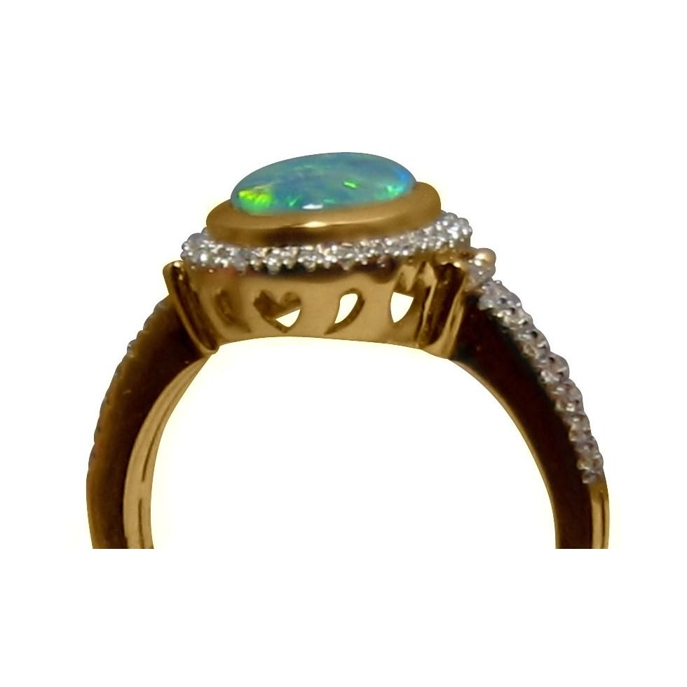 Oval opal Ring in 14k Gold with quality Diamonds